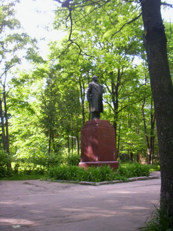 Памятник Ленину в парке культуры и отдыха