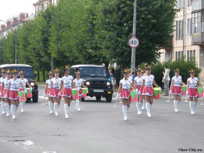 Марш поколений металлургов, девушки с барабанами