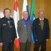 Награждение ветеранов, фото у флагов